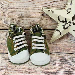 Army High Tops size 3-6 months 🌸 Brand New 🌸